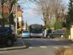 Le bus arrive de Houilles vers la gare, une voiture sort de la rue Maurice Vannier....