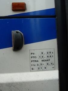 Un 'petit' bus : 9,2 tonnes à vide, 9,4m x 2,3m, bruyant et polluant comme un grand...